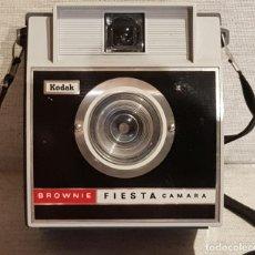Cámara de fotos: CAMARA KODAK / BROWNIE FIESTA / AÑOS 60-70 / EN BUEN ESTADO. VER FOTOS.. Lote 146047626