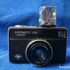 Cámara de fotos: CAMARA AGFAMATIC 200 + CUBO FLAHS,,FUNCIONANDO...ALEMANIA.AGFA.-SISTEMA ISO RAPIDO..CURIOSA.. Lote 143025878