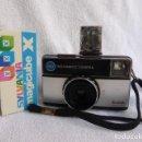 Cámara de fotos: KODAK INSTAMATIC 155 X, MAS CAJA DE CUBOFLAHS X MAGICUBE..AÑOS 70...FUNCIONANDO.... Lote 160078822