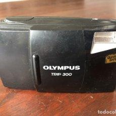 Cámara de fotos: CÁMARA FOTOGRÁFICA OLYMPUS TRIP 300 AÑO DE FABRICACIÓN 1994, QUARTZ DATE. Lote 173796265