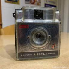 Cámara de fotos: KODAK BROWNIE FIESTA. Lote 198983668