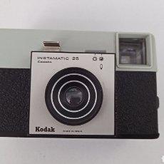 Cámara de fotos: CAMARA DE FOTOS KODAK INSTAMATIC 25 CON SU FUNDA ORIGINAL FUNCIONA. Lote 295989923
