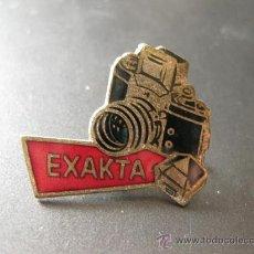 Cámara de fotos: INSIGNIA ESMALTADA DE LOS AÑOS 50 DE PUBLICIDAD DE LA MARCA DE CAMARAS FOTOGRAFICAS EXAKTA. Lote 29410688