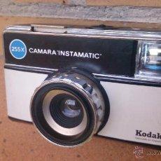 Cámara de fotos: CÁMARA DE FOTOS KODAK INSTAMATIC 255X, VINTAGE. Lote 48593956