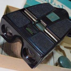 Cámara de fotos: VINTAGE-1950-3D-REALIST-GREEN-BUTTON-AC-DC-STEREO-VIEWER-2062-W-BOX-. Lote 55898748