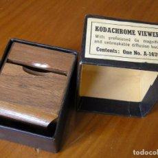 Cámara de fotos: ANTIGUO VISOR DE DIAPOSITIVAS DE MADERA KODACHROME VIEWER EN SU CAJA ORIGINAL AÑOS 40 FALTA LA LENTE. Lote 76212299