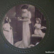Cámara de fotos: LIBRERIA GHOTICA. GRAN ALBUM MODERNISTA DE POSTALES. 1915. 33X24 CM. EN MUY BUEN ESTADO.. Lote 109591287