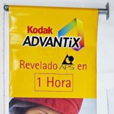 Cámara de fotos: BANDEROLA PUBLICITARIA DE KODAK ADVANTIX. REVELADO APS EN 1 HORA. Lote 112036875