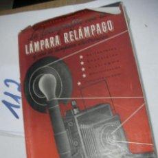 Cámara de fotos: ANTIGUO LIBRO FOTOGRAFIA - LA FOTOGRAFIA CON LA LAMPARA RELAMPAGO Y CON LA LAMPARA ELECTRONICA. Lote 116101511