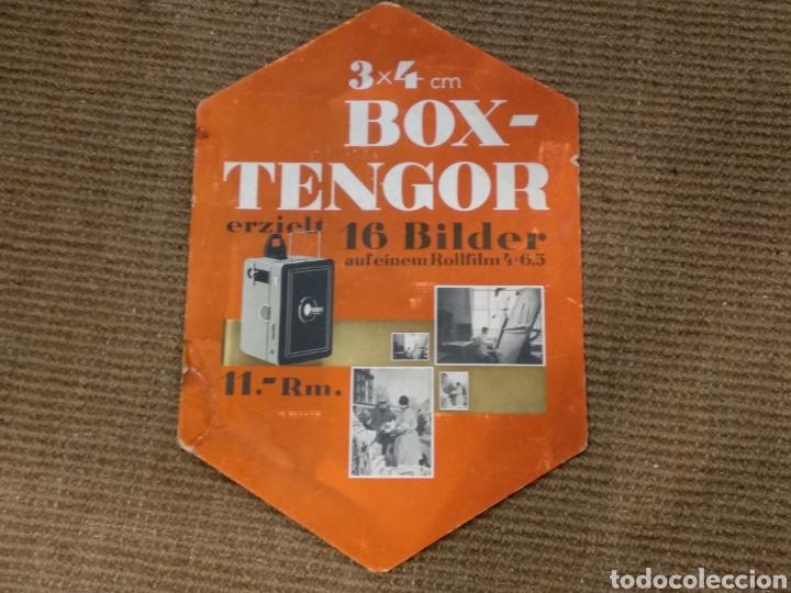 Cámara de fotos: ANTIGUO CARTEL PUBLICITARIO DE CARTÓN DE MÁQUINA FOTOGRÁFICA BOX-TENGOR - Foto 2 - 142795901