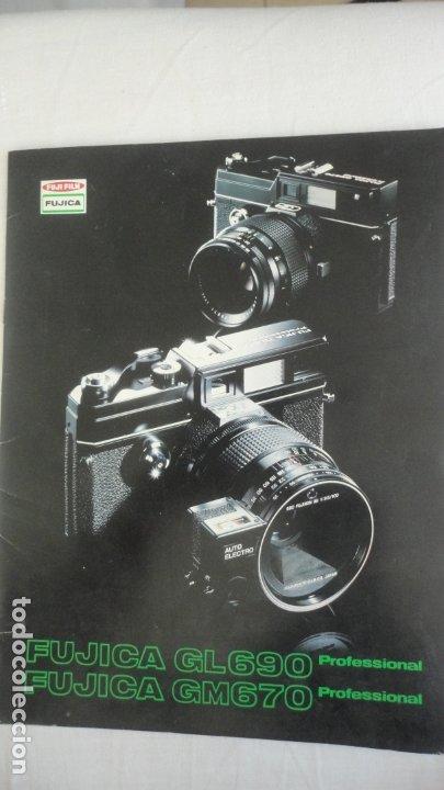 ANTIGUO FOLLETO.CAMARA FOTOGRAFICA.FUJICA GL690 GM670.JAPAN.TEXTO EN ESPAÑOL. (Cámaras Fotográficas - Catálogos, Manuales y Publicidad)