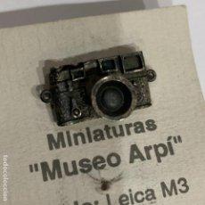Cámara de fotos: PIN LEICA EN PLATA DE LEY MODELO M3. MUSEO ARPI. Lote 193790957