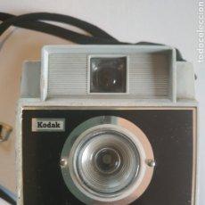 Cámara de fotos: CÁMARA FOTOGRÁFICA KODAK BROWNIE FIESTA. Lote 197826195
