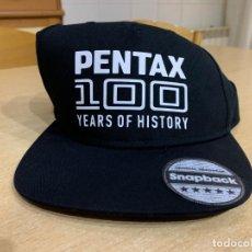 Cámara de fotos: GORRA PENTAX 100 AÑOS DE HISTORIA. Lote 203131020
