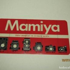 Cámara de fotos: ANTIGUO CARTELITO ADHESIVO PUBLICIDAD DE MAMIYA LIDER MUNDIAL EN FORMATO MEDIO. Lote 211690999
