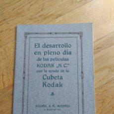 Cámara de fotos: MANUAL PARA EL DESARROLLO EN PLENO DÍA CON AYUDA DE CUBETA KODAK - 24 PAG. - 13X18 CM. Lote 247208915