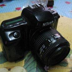 Cámara de fotos: CAMARA REFLEX NIKON CON BATERIA TAL COMO SE VE EN LAS FOTOS FALTA TAPA VER FOTOS. Lote 29275459