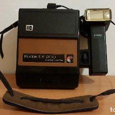 Cámara de fotos: CAMARA FOTOGRAFICA INSTANTANEA KODAK EK 200 DE 1978 CON FLASH HANIMEX K 400-. Lote 138980334