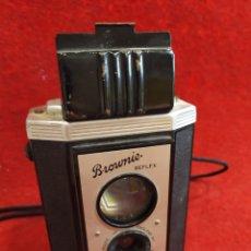 Cámara de fotos: CÁMARA KODAK BROWNIE REFLEX. Lote 177510603