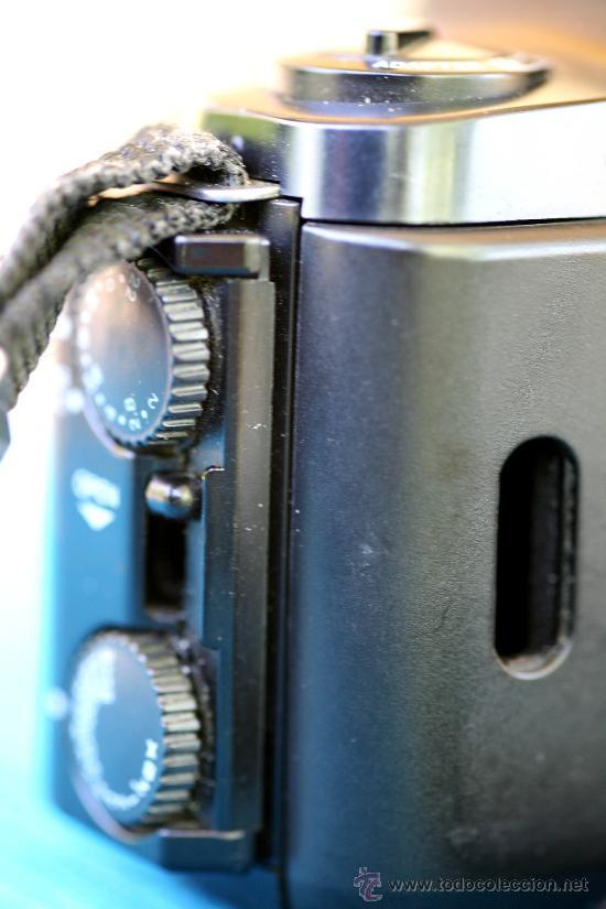 Cámara de fotos: Detalle del otro lateral (apréciese falta de ventanita de recuento de exposiciones. No repercute en absoluto en el funcionamiento de la máquina). - Foto 6 - 27806917