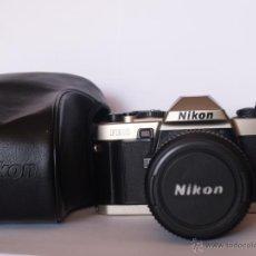 Cámara de fotos: NIKON FE10 + OBJETIVO NIKON 35-70MM+CORREA CUELLO + GUIAS INSTRUCCIONES. Lote 43590072