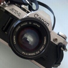 Cámara de fotos: CAMARA REFLEX 35 MM CANON AT 1 CON OBJETIVO 50 MM 1/1.4. Lote 70195327
