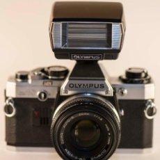 Cámara de fotos: OLYMPUS OM-10 + OBJETIVO ZUIKO 50MM F/1,8 + FLASH . Lote 94868847