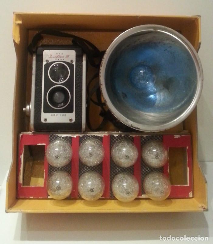 Cámara de fotos: ANTIGUA CÁMARA KODAK DUAFLEX III DE 1954 CON SU CAJA, FLASH Y MANUAL ORIGINALES - Foto 2 - 94997567
