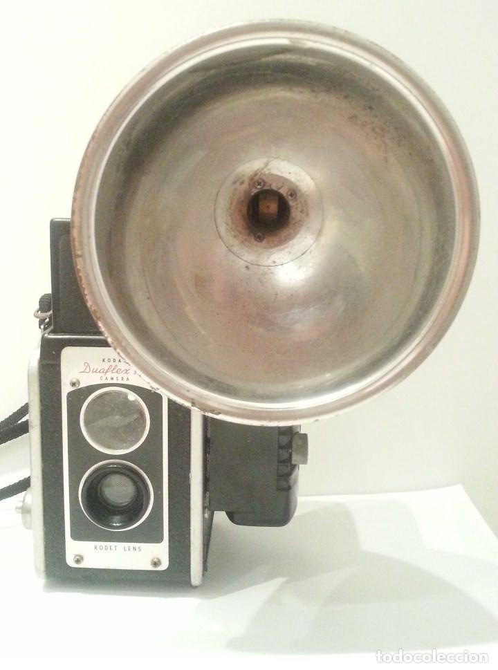 Cámara de fotos: ANTIGUA CÁMARA KODAK DUAFLEX III DE 1954 CON SU CAJA, FLASH Y MANUAL ORIGINALES - Foto 4 - 94997567
