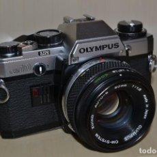 Cámara de fotos: CÁMARA RÉFLEX OLYMPUS OM10 CON OBJETIVO ZUIKO DE 50MM (TAPA INF. ROTA). Lote 114842503