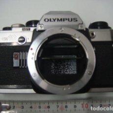 Cámara de fotos: CUERPO CAMARA REFLEX OLYMPUS OM.10 PLATA...AÑOS 80.. Lote 142915302