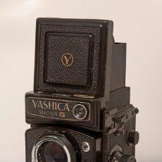 Cámara de fotos: CÁMARA YASHICA MAT-124G CON FUNDA ORIGINAL Y MANUAL DE INSTRUCCIONES. ESTADO EXCELENTE Y FUNCIONANDO. Lote 175980499