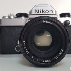 Cámara de fotos: NIKON FM CROMADA CON NIKKOR 50MM 1:1.8 CON FUNDA. Lote 205373318