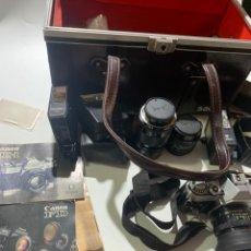 Fotocamere: ANTIGUA CÁMARA DE FOTOS CANON AE-1 CON OBJETIVOS FILTROS FLASH Y MUCHOS EXTRAS, CATÁLOGOS ETC.. Lote 266855444