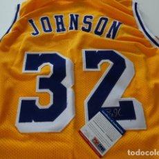Coleccionismo deportivo: MAGIC JOHNSON AUTOGRAFO ORIGINAL EN CAMISETA CON CERTIFICADO PSA/DNA. Lote 111498895