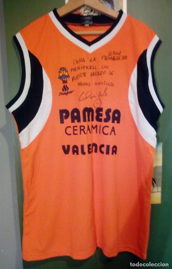 Coleccionismo deportivo: CAMISETA EQUIPO BALONCESTO PAMESA VALENCIA - NACHO RODILLA - SUDADA, FIRMADA Y DEDICADA - Foto 2 - 222741153