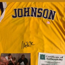 Coleccionismo deportivo: CHAQUETA DE ENTRENAMIENTO FIRMADA POR MAGIC JOHNSON NBA. Lote 132704821