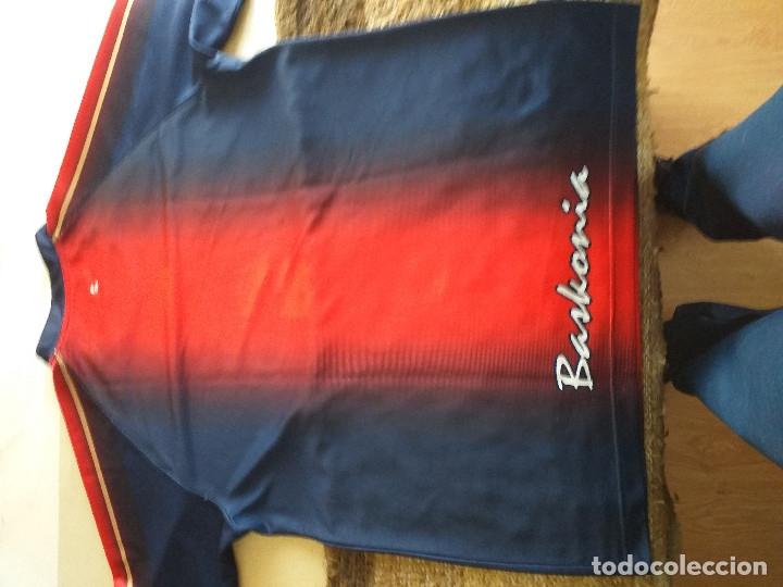 Coleccionismo deportivo: SASKI BASKONIA: camiseta de entrenamiento de por aquel entonces el TAU CERAMICA - Foto 3 - 209676821