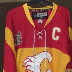 Coleccionismo deportivo: CAMISETA REEBOK NHL JAROME IGINLA HOCKEY CAMISAS COSIDAS C/PARCHE GRANDE SIN USO. Lote 190281575