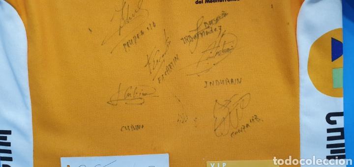 Coleccionismo deportivo: MAILLOT DEL EQUIPO CICLISTA CAM FIRMADO POR LOS HERMANOS INDURAIN, ESCARTÍN, CUBINO Y OTROS AÑO 96 - Foto 3 - 218357975