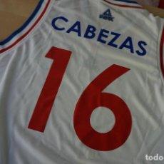Coleccionismo deportivo: CAMISETA DE BALONCESTO DEL CLUB NACIONAL DE FOOTBALL DE URUGUAY FIRMADA POR CARLOS CABEZAS. Lote 230409900