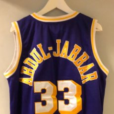 Coleccionismo deportivo: KAREEM ABDUL JABBAR #33# LOS ANGELES LAKERS. CAMISETA RETRO MITCHELL & NESS. PÚRPURA Y ORO. BORDADA. Lote 276137848