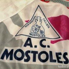 Coleccionismo deportivo: AGRUPACIÓN CICLISTA MÓSTOLES (MADRID) CHAQUETA VINTAGE. (EXCLUSIVA MUNDIAL EN TC). Lote 276595278