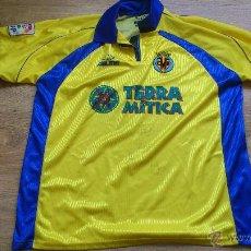 Coleccionismo deportivo: CAMISETA DEL VILLA REAL CLUB DE FUTBOL FIRMADA POR VARIOS JUGADORES TERRA MITICA TALLA XL KELME. Lote 45545153