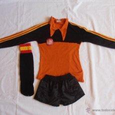 Coleccionismo deportivo: EQUIPACION NIÑO FUTBOL ESPAÑA 82 NARANJA Y NEGRO PORTERO ARCONADA . Lote 54252929