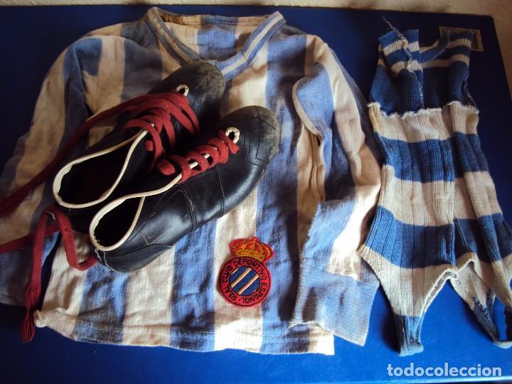 (F-161037)LOTE DE CAMISETA,CALCETINES,BOTAS Y ESCUDO DEL R.C.D.ESPAÑOL,AÑOS 60 (Coleccionismo Deportivo - Ropa y Complementos - Camisetas de Fútbol)