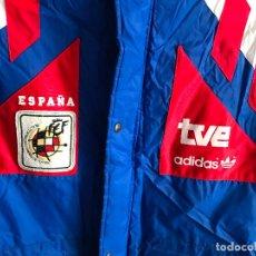 Coleccionismo deportivo: CHAQUETON DE TVE - REAL FEDERACION ESPAÑOLA DE FUTBOL - ORIGINAL. Lote 92037300