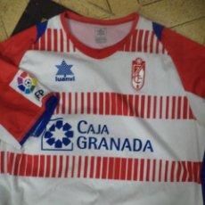Coleccionismo deportivo: CAMISETA OFICIAL DEL GRANADA C.F. TEMPORADA 2012 / 2013.LUANVI.CAJA GRANADA.3XL MANGA CORTA.. Lote 113989635
