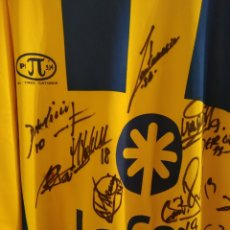 Coleccionismo deportivo: CAMISETA FÚTBOL PI 3,14 UD LAS PALMAS SIRO DARINO ASCENSO A 2ª DIVISION FIRMADA JUGADORES 2005-2006. Lote 175815242