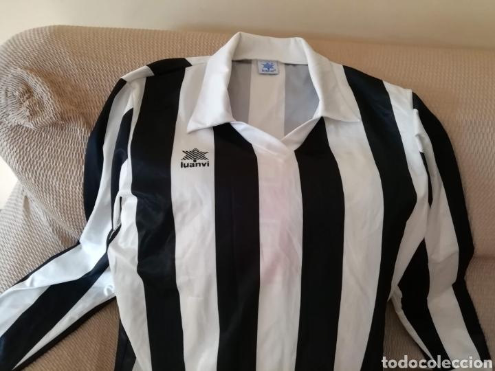 CAMISETA BLANQUINEGRA ANTIGUA. TALLA L. LUANVI (Coleccionismo Deportivo - Ropa y Complementos - Camisetas de Fútbol)